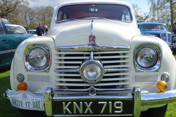 Classic car enthusiasts flock to Woodhall Spa